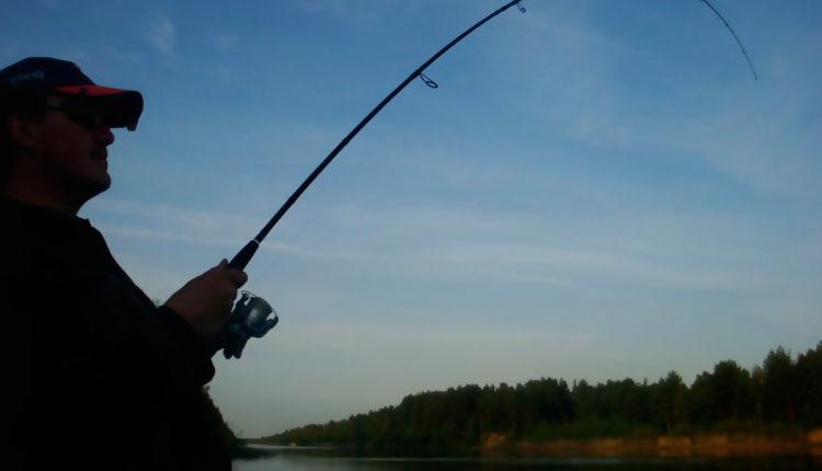 Спиннинг для ловли с берега