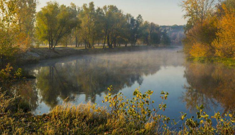 Рассвет и туман на реке в сентябре