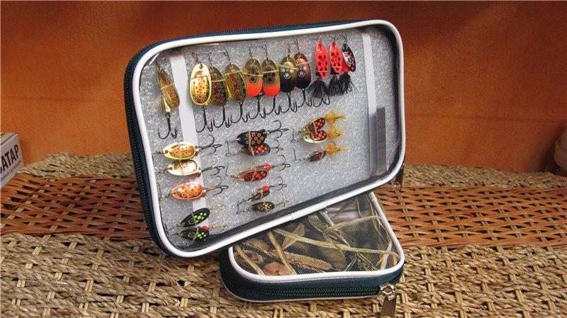 Удобный кейс для хранения блесен во время рыбалки