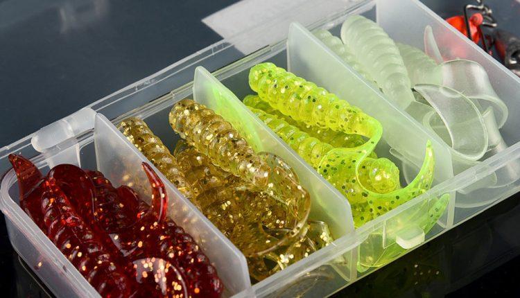Отсортированные по цвету приманки из силикона
