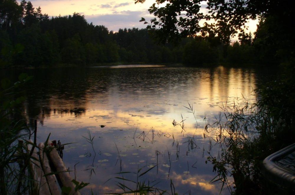 Дождь на закате на озере